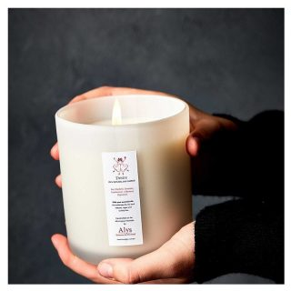 Picture this - a balmy summer night, a glass of red, the sun has just gone down and LOVE ALY's delicious Desire Candle is setting the mood! 🍷🌜  Indulge in exotic and sensual scents of Red Mandarin, Geranium and Frankincense. Peppermint and Cedarwood add spice and fresh undertones.  A beautiful bouquet of lush scents as a special occasion gift, romantic dinner companion or simply to treat yourself and your loved ones.  Shop now on our Marketplace